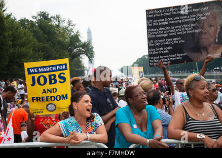 Audiences on the National Mall listen to Presidential speeches at the Let Freedom Ring ceremony at the Lincoln Memorial - Stockfoto