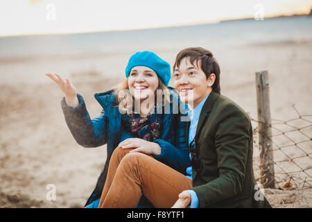 young couple walking on the beach in autumn - Stockfoto