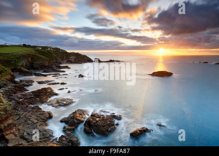 A winter sunrise over Polpeor Cove, The Lizard Cornwall - Stockfoto