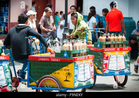 Boys Sitting on bicycle with Cold Drinks and Colorful Carts in the streets of Leon - Stockfoto