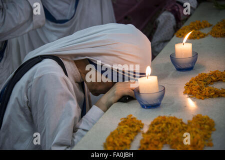 Missionary of Charity sister prays at the tomb of Mother Teresa in Kolkata, India - Stockfoto