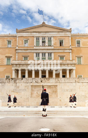 The Hellenic (Greek) Parliament in Athens, with the Presidential Guards,called Evzones, in front. Athens, Greece - Stockfoto