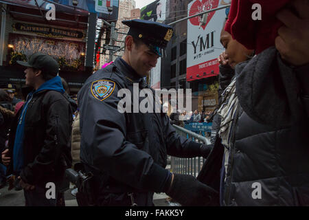 New York, NY, USA. 31st Dec, 2015. The NYPD deploy 6,000 officers in Times Square on New Years Eve, including more - Stock Photo