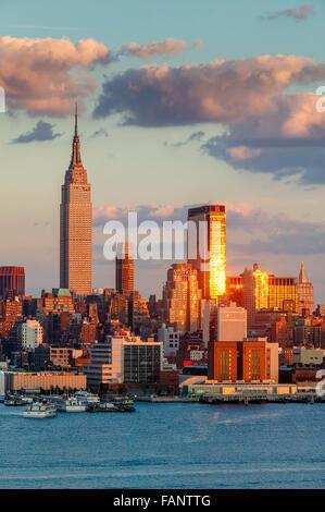 Midtown West Manhattan bei Sonnenuntergang mit dem Empire State Building, One Penn Plaza und das New Yorker Hotel. - Stockfoto