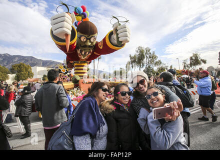 Pasadena, California, USA. 2nd Jan, 2016. Thousands floats viewers take an up-close look at the floats during the - Stock Photo
