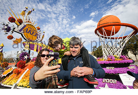 Pasadena, USA. 2nd Jan, 2016. A family take a selfie with a float of Lakers team of NBA during the 127th Rose Parade's - Stock Photo