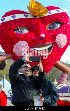 Pasadena, USA. 2nd Jan, 2016. Visitors take a selfie during the 127th Rose Parade's Showcase of Floats in Pasadena, - Stock Photo