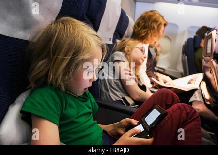 Schweden, Mutter Flugreisen mit Kindern (6-7, 10-11) - Stockfoto