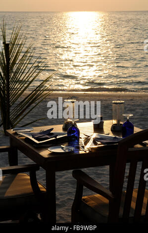 Table and chairs at beach, Maldives, Indian Ocean - Stockfoto
