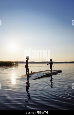 Schweden, Vastra Gotaland, Skagern, Kinder (6-7, 10-11) Schwimmen im See - Stockfoto