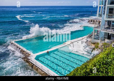 waves crashing into the swimming pool of the Bondi Icebers Swimming Club, Bondi Beach, Sydney Eastern Suburbs - Stockfoto