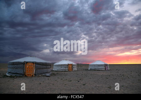 Sunrise and traditional yurts in Gobi desert -  Mongolia - Stockfoto