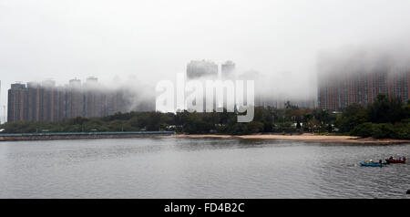 Hong Kong. 28th Jan, 2016. Photo taken on Jan. 28, 2016 shows residential buildings surrounded by fog in Ma On Shan - Stockfoto