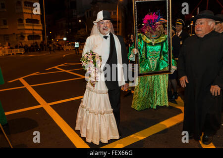 Characters, dancers and floats at the opening parade of the Carnaval de Santa Cruz de Tenerife. Thousands of people - Stockfoto