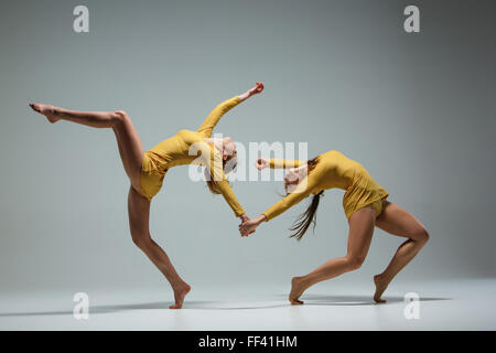 The two modern ballet dancers dancing on gray background - Stockfoto