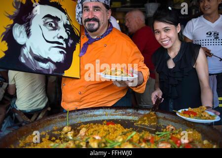 Viva 8 chef Fernando Andrés Yusta posing near sea food paella pan, Chatuchak Weekend Market. Chatuchak Weekend Market - Stock Photo