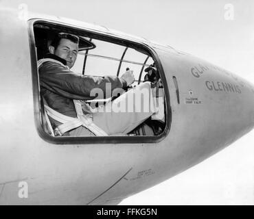 Chuck Yeager. US Air Force test pilot Chuck Yeager in the cockpit of the Bell X-1 'Glamorous Glennis' in which he - Stock Photo