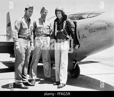 Glamorous Glennis. The Bell X-1 'Glamorous Glennis' with, left to right, Captain Chuck Yeager, Major Gus Lundquist - Stockfoto