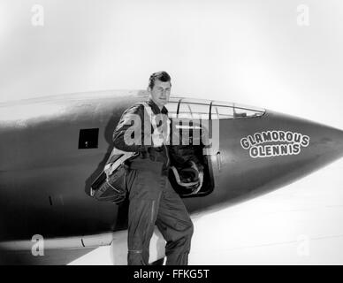 Chuck Yeager. US Air Force test pilot Chuck Yeager standing in front of the Bell X-1 'Glamorous Glennis' in which - Stockfoto