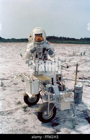 alan b. shepard astronaut on the surface of the moon nasa 1971 - photo #24