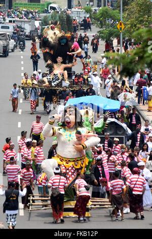 Surabaya, East Java, Indonesia. 8th Mar, 2016. SURABAYA, INDONESIA - MARCH 08 : Balinese Hindu hold Ogoh-ogoh during - Stock Photo