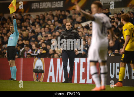 London, Great Britain. 17th Mar, 2016. Dortmund's head coach Thomas Tuchel (C) stands at the sideline to the UEFA - Stockfoto