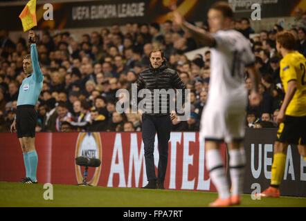 Liverpool, Britain. 17th Mar, 2016. Dortmund's head coach Thomas Tuchel (C) stands at the sideline to the UEFA Europa - Stockfoto