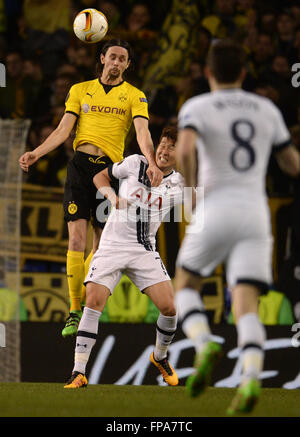 London, Great Britain. 17th Mar, 2016. Dortmund's Neven Subotic (top) and Tottenham's Heung Min-Son vie for the - Stockfoto