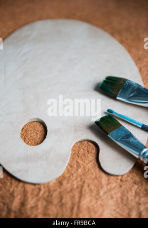 Artist's palette and paint brushes - Stockfoto