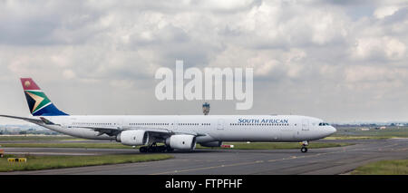 A South African Airways (SAA) Airbus A340-600 on the apron at OR Tambo International Airport, Johannesburg, South - Stock Photo