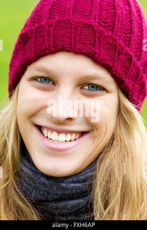 Young, happy woman on a cold day - Stockfoto