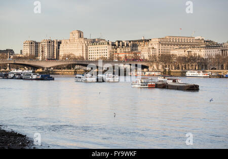 Looking west along the River Thames towards Waterloo Bridge and the buildings along Victoria Embankment - Stockfoto