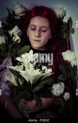 murder, young girl lying in water, romantic scene - Stockfoto