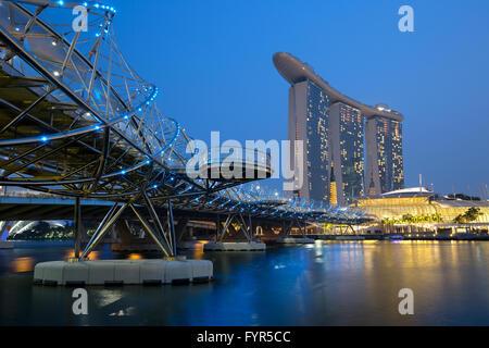Singapur Singapore Marina Bay City Skyline bei Nacht - Stock Photo