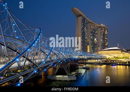 Singapur Singapore Marina Bay Helix Bridge City Skyline bei Nacht - Stock Photo