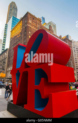 NEW YORK, USA - MAY 06, 2015: Love sculpture by American artist Robert Indiana and tourists passing by in Midtown - Stockfoto