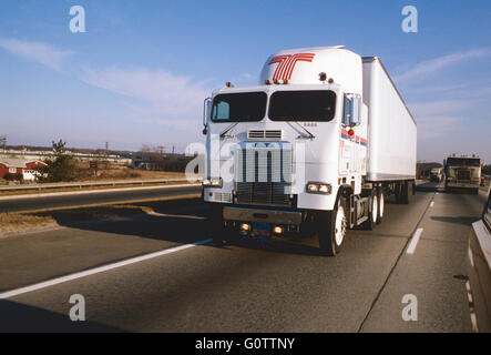 Cab over tractor trailer truck on highway - Stockfoto