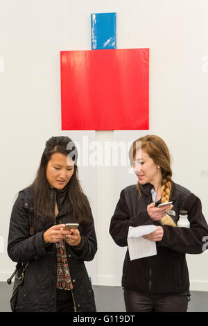 New York, New York, USA. 06th May, 2016. Frieze New York art fair. Two women in the White Cube Gallery compare notes, - Stock Photo