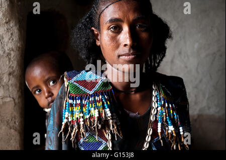 Young mother with her child in Ethiopia - Stockfoto