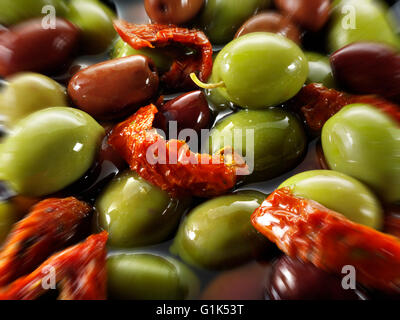 Fresh mixed black and green & kalamata olives olives in oil with peppers - Stockfoto