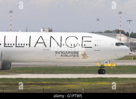 9V-SWI Star alliance, Singapore Airlines, Boeing 777. Photographed at Malpensa airport, Milan, Italy - Stock Photo