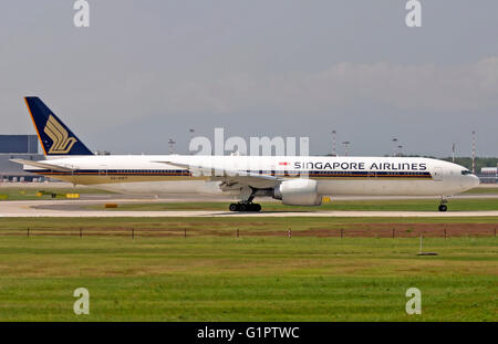 9V-SWT Singapore Airlines, Boeing 777. Photographed at Malpensa airport, Milan, Italy - Stock Photo