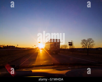 Sunset driver's view of tractor trailer on USA interstate highway 70 - Stockfoto