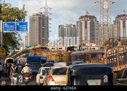 INDIA Mumbai , building of flyover for city highway in Kandivli / INDIEN Mumbai , Bau einer Ueberfuehrung fuer die - Stock Photo