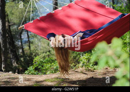 Happy Girl Relaxing In Hammock - Stockfoto