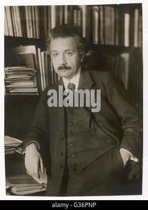 Albert Einstein (1879-1955), theoretical physicist, philosopher and author.  Seen here in front of bookshelves. - Stock Photo
