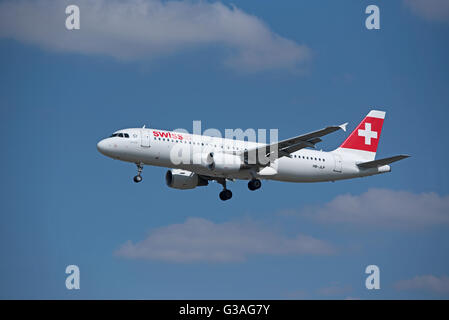 Arriving at Heathrow Swiss Air Airbus 320-214 (Allschweil) HB-JLP. SCO 10,407 - Stock Photo