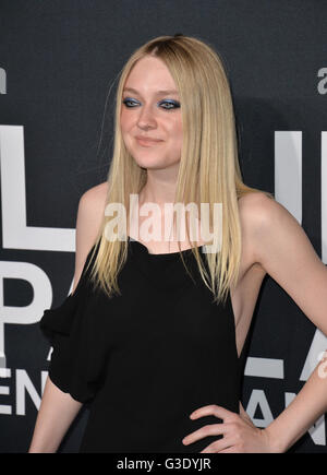 LOS ANGELES, CA - FEBRUARY 10, 2016: Actress Dakota Fanning arriving at the Saint Laurent at the Palladium fashion - Stockfoto