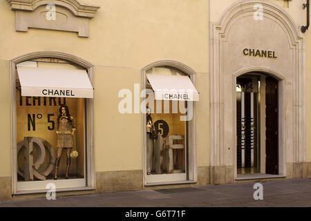 Miu miu fashion boutique window via della spiga milan for Chanel milano boutique