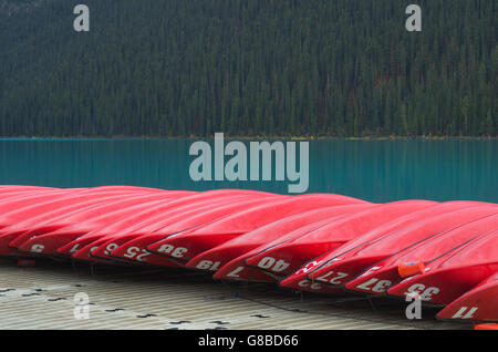 Red canoes on dock, Lake Louise, Banff National Park - Stockfoto